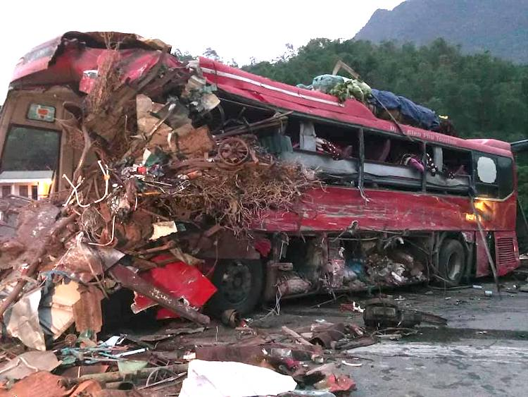 Kinh hoàng xe phế liệu tông xe giường nằm ở Hòa Bình, xác định danh tính 3 người chết, gần 40 nạn nhân bị thương - Ảnh 1