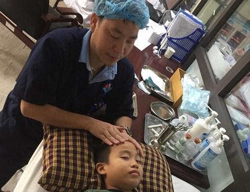 Căn bệnh khiến bé trai méo miệng lúc ngủ dậy, bác sĩ cảnh báo gì? - Ảnh 1