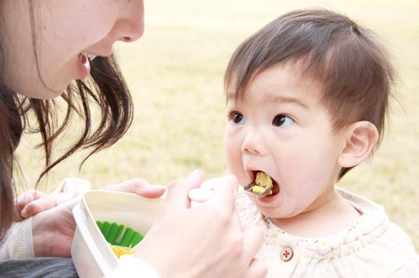 WHO cảnh báo thực phẩm ăn sẵn cho trẻ nhỏ chứa quá nhiều đường - Ảnh 1