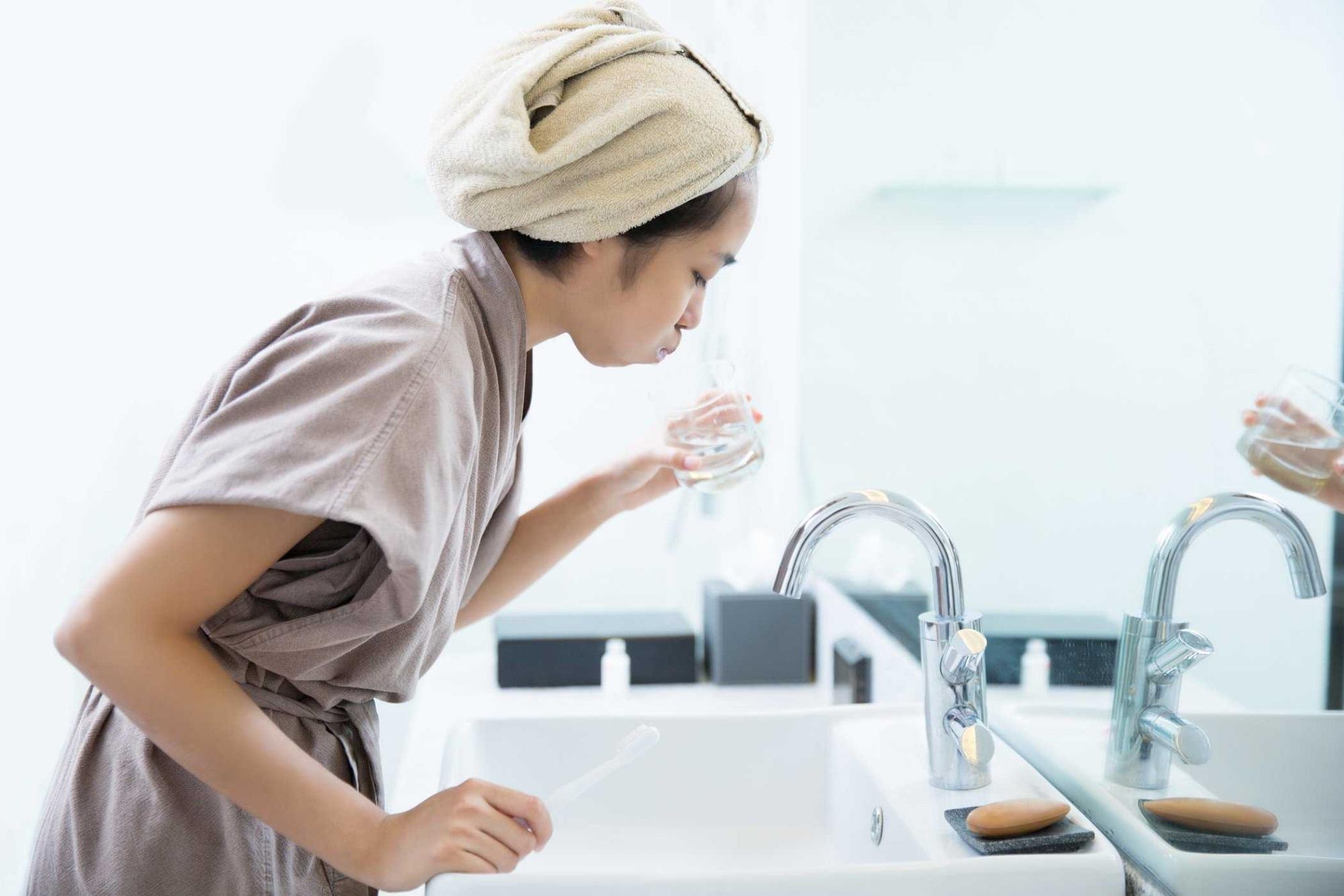 Thói quen súc miệng với nước nhiều mỗi ngày sẽ giúp bạn ngăn ngừa bệnh cảm lạnh rất hiệu quả
