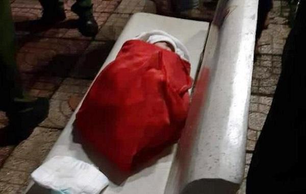 Phát hiện bé gái quấn trong khăn màu đỏ bị bỏ rơi  trên ghế đá - Ảnh 1