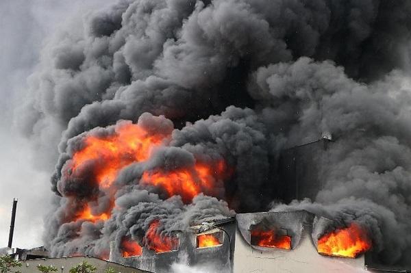 Đang cháy kinh hoàng công ty băng keo tại Bình Dương, hàng trăm công nhân bỏ chạy thoát thân - Ảnh 1
