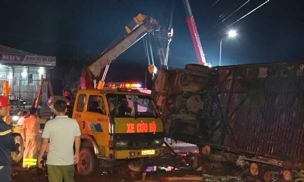 Xe khách nổ lốp mất lái nhào xuống đường, 19 người thương vong - Ảnh 1