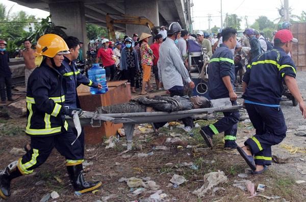 Nóng: Xe cẩu cùng ô tô 7 chỗ lao xuống cầu Hàm Luông, 3 người thương vong - Ảnh 4