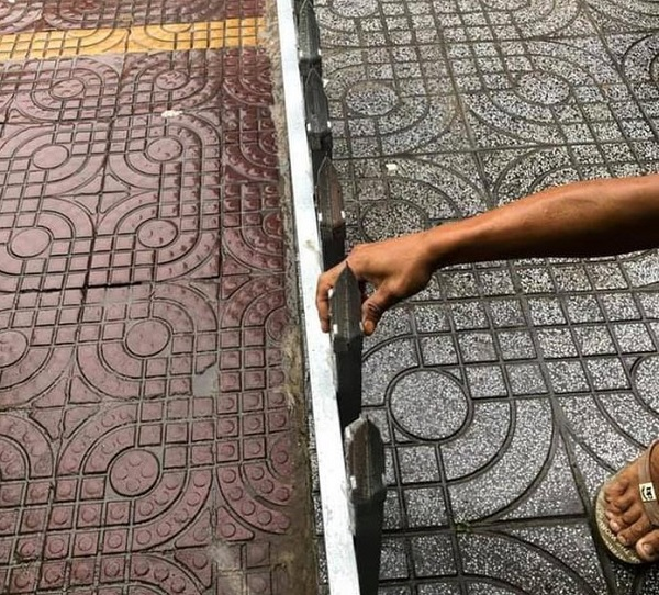 Mâu thuẫn cá nhân, người đàn ông lắp rào chắn bằng chông nhọn trên vỉa hè - Ảnh 2