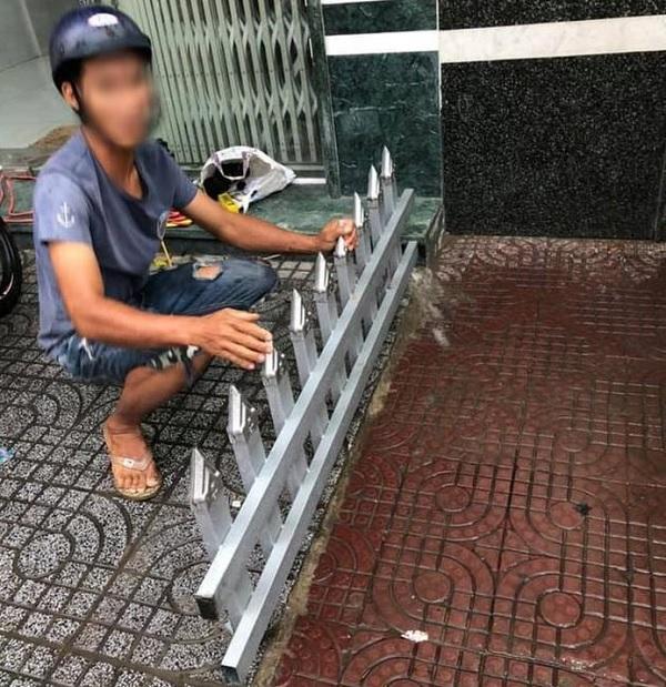 Mâu thuẫn cá nhân, người đàn ông lắp rào chắn bằng chông nhọn trên vỉa hè - Ảnh 3