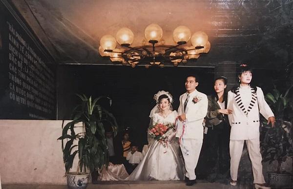 Khoe ảnh cưới bố mẹ thập niên 90: Cô dâu cực xinh, chú rể phong độ khiến dân mạng trầm trồ - Ảnh 2