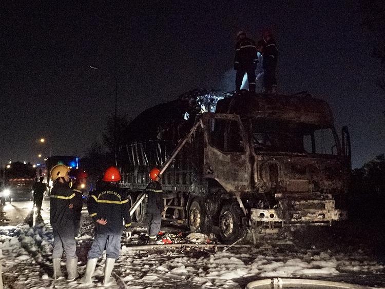 Cháy ôtô tải, cầu Phú Mỹ kẹt xe nhiều km - Ảnh 1