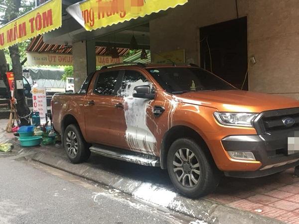 Xe bán tải bị tạt sơn trắng vì đỗ trước cửa nhà người khác khiến dân mạng tranh cãi - Ảnh 2
