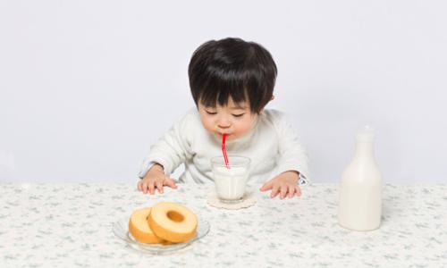 Ăn đường cùng với sữa là dại: Sai lầm kinh điển khiến con chậm lớn, khó tiêu ngộ độc thực phẩm - Ảnh 1