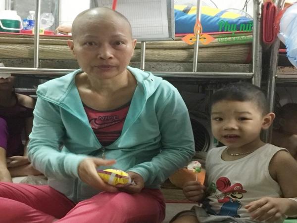 Bà Hạnh từ chối chữa ung thư vú để dành tiền điều trị cho cháu trai mắc bệnh ung thư máu có cơ hội sống