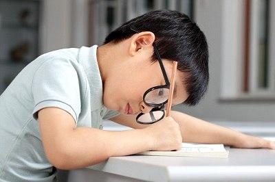 Nhận biết dấu hiệu trẻ bị cận thị từ những thói quen hàng ngày - Ảnh 1
