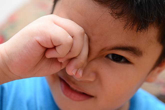 Nhận biết dấu hiệu trẻ bị cận thị từ những thói quen hàng ngày - Ảnh 2