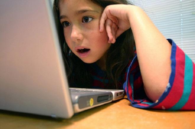 Nhận biết dấu hiệu trẻ bị cận thị từ những thói quen hàng ngày - Ảnh 4