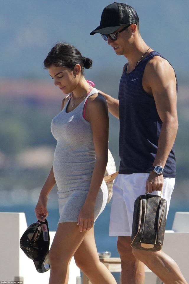 Nghi vấn bạn gái Ronaldo mang bầu - Ảnh 1