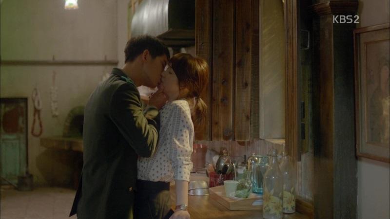 Cảnh khóa môi của cặp đôi Song - Song trong phim Hậu duệ mặt trời - Ảnh: Internet
