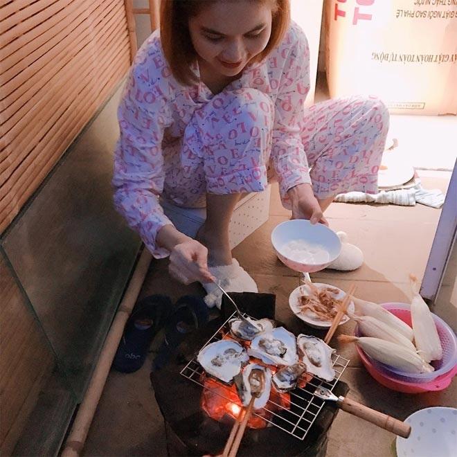 Ngọc Trinh giản dị cùng mẹ kế nấu ăn, lộ mối quan hệ thực với gia đình mẹ ruột gây sốc - Ảnh 3