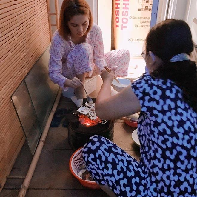 Ngọc Trinh giản dị cùng mẹ kế nấu ăn, lộ mối quan hệ thực với gia đình mẹ ruột gây sốc - Ảnh 1
