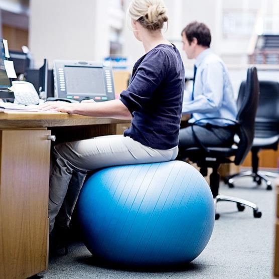 Trào lưu văn phòng: Ngồi trên bóng làm việc, vừa khỏe vừa vui - Ảnh 1
