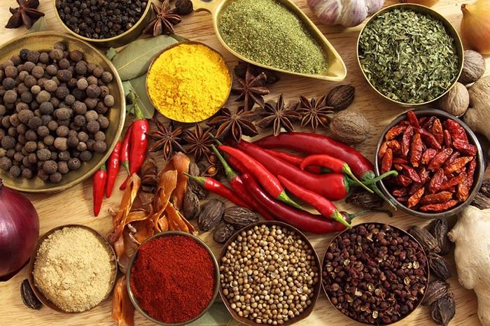 Người bệnh trĩ nên kiêng ăn thực phẩm và gia vị cay nóng như: ớt, hồ tiêu.