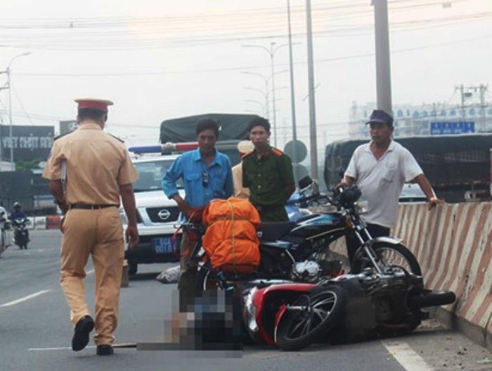Người đàn ông Mỹ ôm thi thể vợ bên đường vì bị tai nạn - Ảnh 1