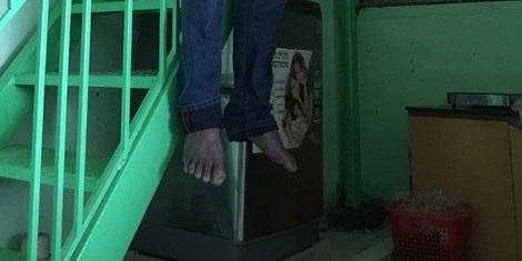 Người đàn ông chết trong tư thế treo cổ bằng dây sạc pin điện thoại: 8 lần tự tử bất thành! - Ảnh 2