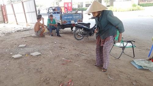 Xót xa cụ bà 89 tuổi bám gầm cầu bán dừa kiếm sống - Ảnh 2