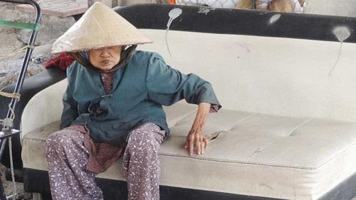 Xót xa cụ bà 89 tuổi bám gầm cầu bán dừa kiếm sống - Ảnh 3