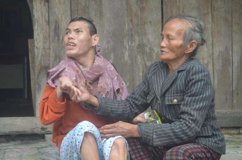 Số phận bất hạnh của người đàn bà 33 năm phải dùng giẻ nhét vào miệng mỗi khi con lên cơn co giật - Ảnh 3