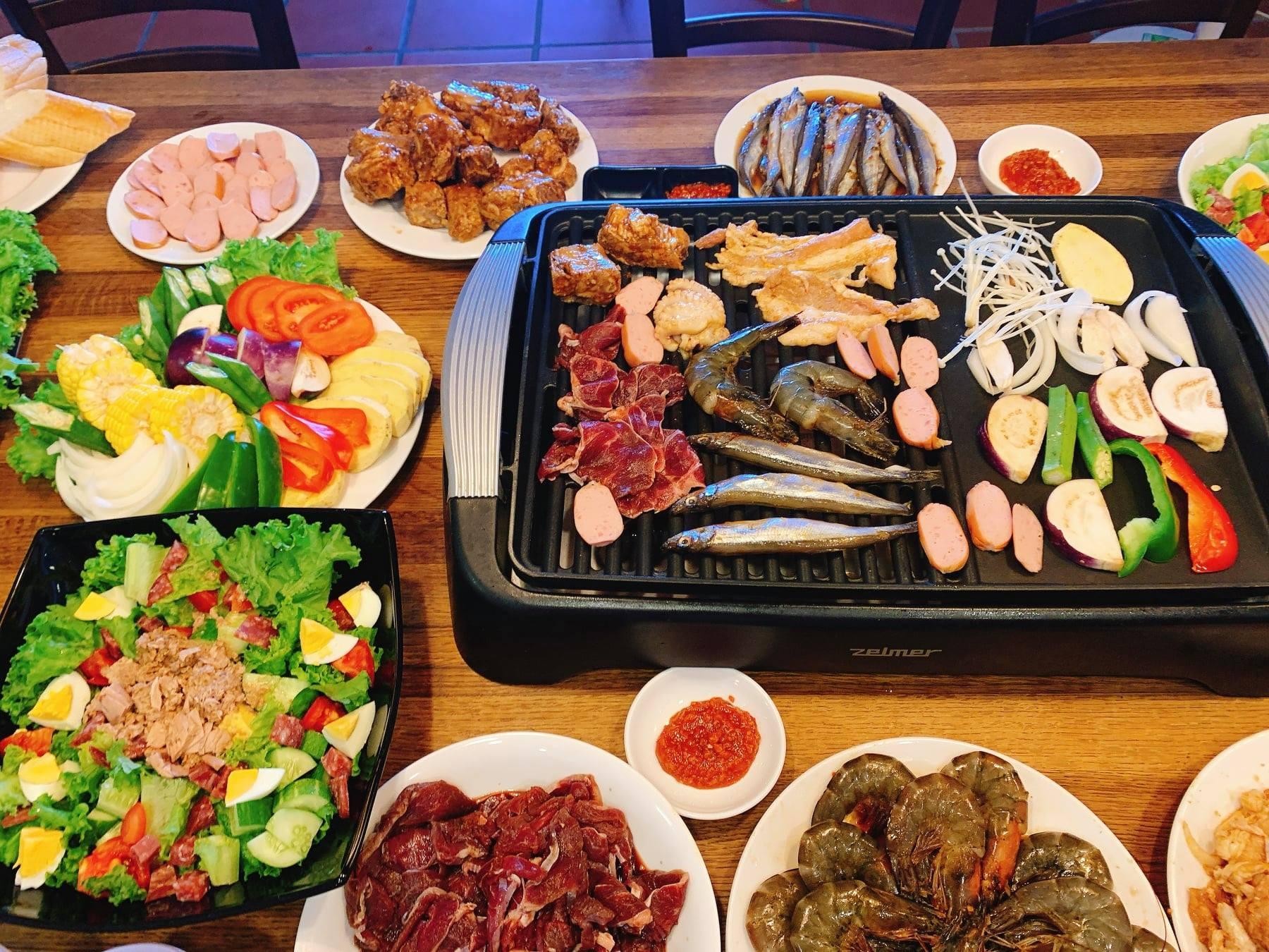 Mát trời lạnh lạnh ngồi cạnh bàn nướng thịt nướng Hàn Quốc cùng chai rượu thì cứ gọi là hết ý  - Ảnh 1