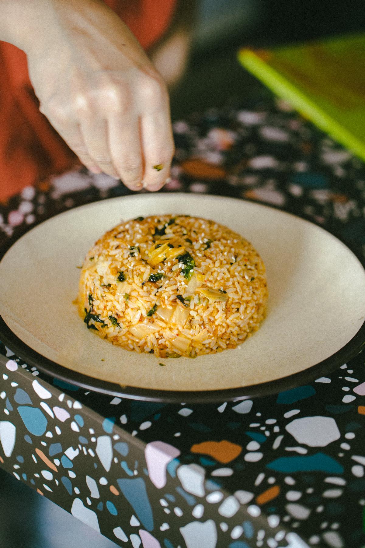 Fan mê mẩn ẩm thực Hàn Quốc thì phải ghé qua, làm và thưởng thức cơm rang kim chi nhanh thôi - Ảnh 4