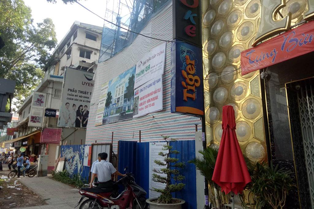 Sập giàn giáo ở trung tâm Sài Gòn, 3 người thương vong - Ảnh 2