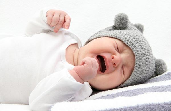 Trẻ sơ sinh hay vặn mình do yếu tố bên ngoài tác động