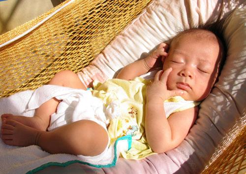 Tránh ánh sáng khi ngủ để hạn chế trẻ vặn mình