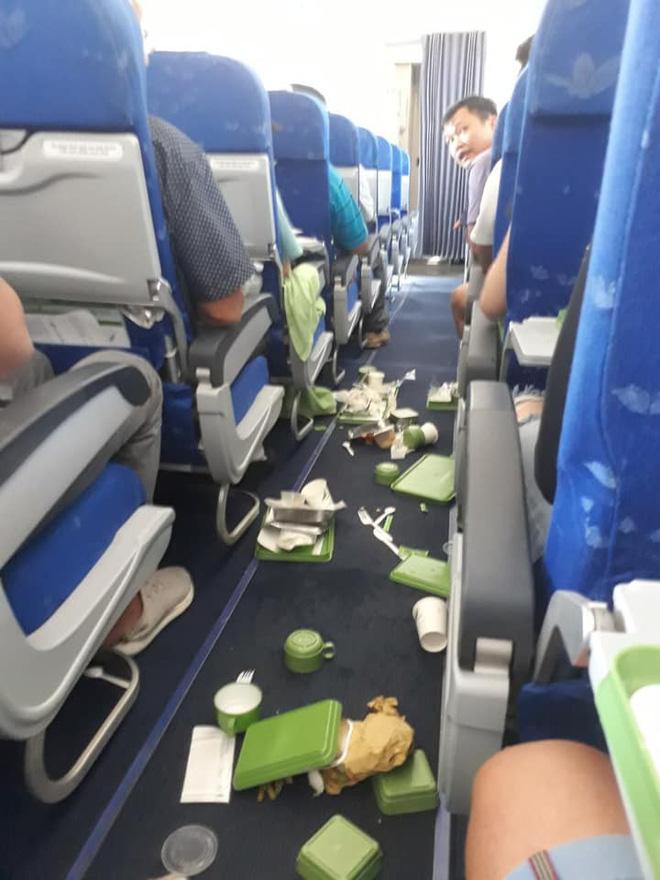 Máy bay Bamboo Airways rung lắc ở độ cao gần 10.000 mét khiến đồ ăn rơi tung tóe, hàng trăm hành khách hoảng hốt - Ảnh 1