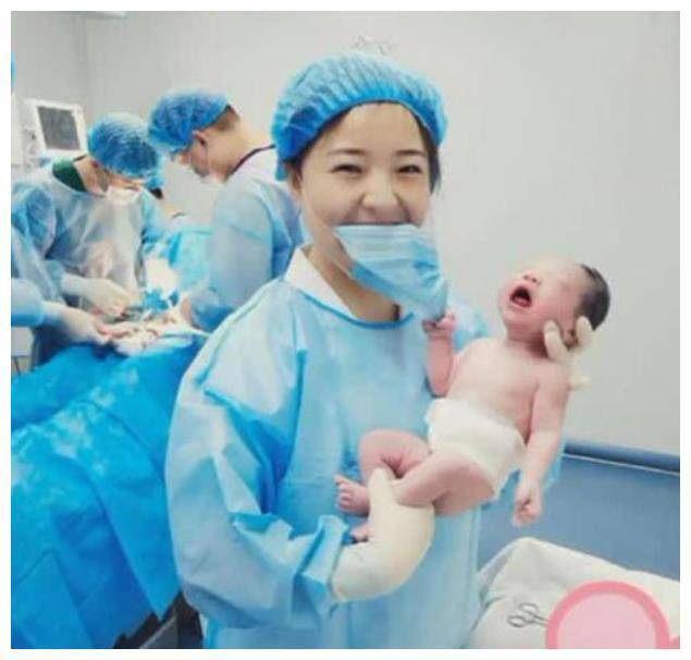 Vừa đẻ, bé sơ sinh đã có hành động nghịch ngợm nữ y tá xinh đẹp khiến bố 'đứng hình' - Ảnh 1