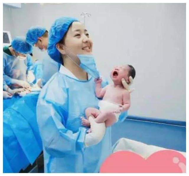 Vừa đẻ, bé sơ sinh đã có hành động nghịch ngợm nữ y tá xinh đẹp khiến bố 'đứng hình' - Ảnh 2