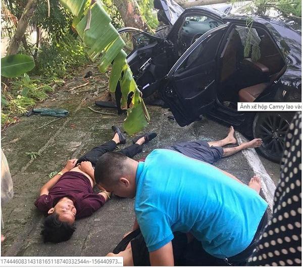 Xe Camry lao vào gốc phượng, 3 nạn nhân nằm bất tỉnh tại hiện trường  - Ảnh 1