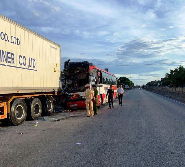 Nghệ An: Xe chở du khách du lịch 'cắn đuôi' xe container, 1 người chết, 14 người bị thương - Ảnh 1