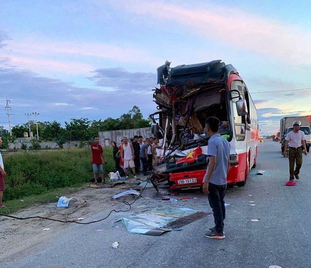 Nghệ An: Xe chở du khách du lịch 'cắn đuôi' xe container, 1 người chết, 14 người bị thương - Ảnh 2
