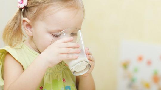 Nhiều trẻ thiếu máu vì... quá chăm uống sữa - Ảnh 1