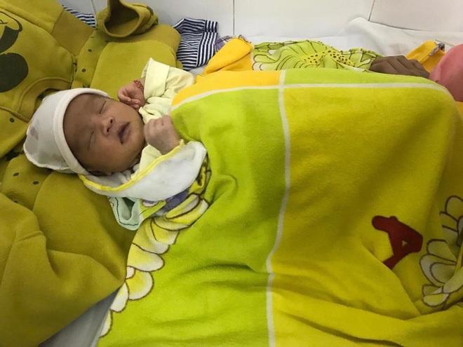Bé sơ sinh bị loét thủng giác mạc, có nguy cơ mù vì nhỏ sữa mẹ vào mắt - Ảnh 2