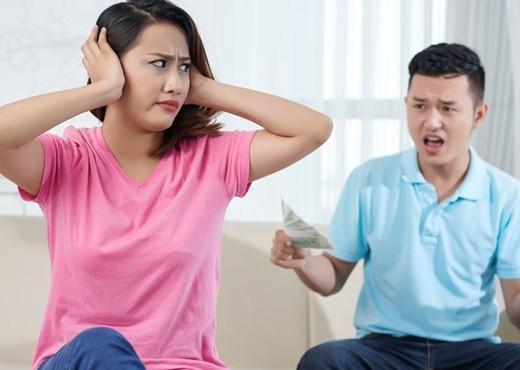 Thấy vợ đòi tiền chồng mỗi tháng, chồng không hiểu cho chị và bảo cứ gây áp lực cho anh