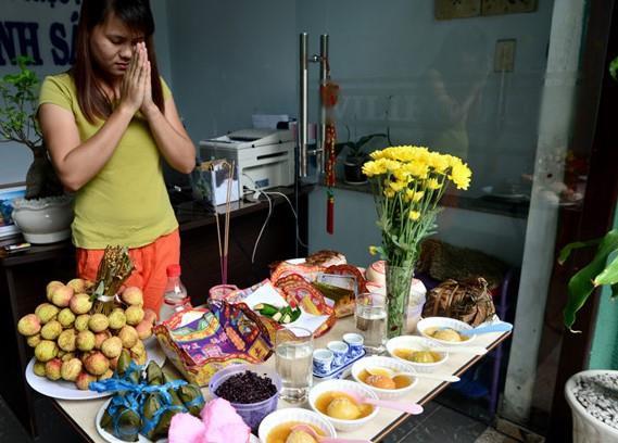 Nhiều gia đình Việt cúng Tết Đoan Ngọ vào sáng sớm