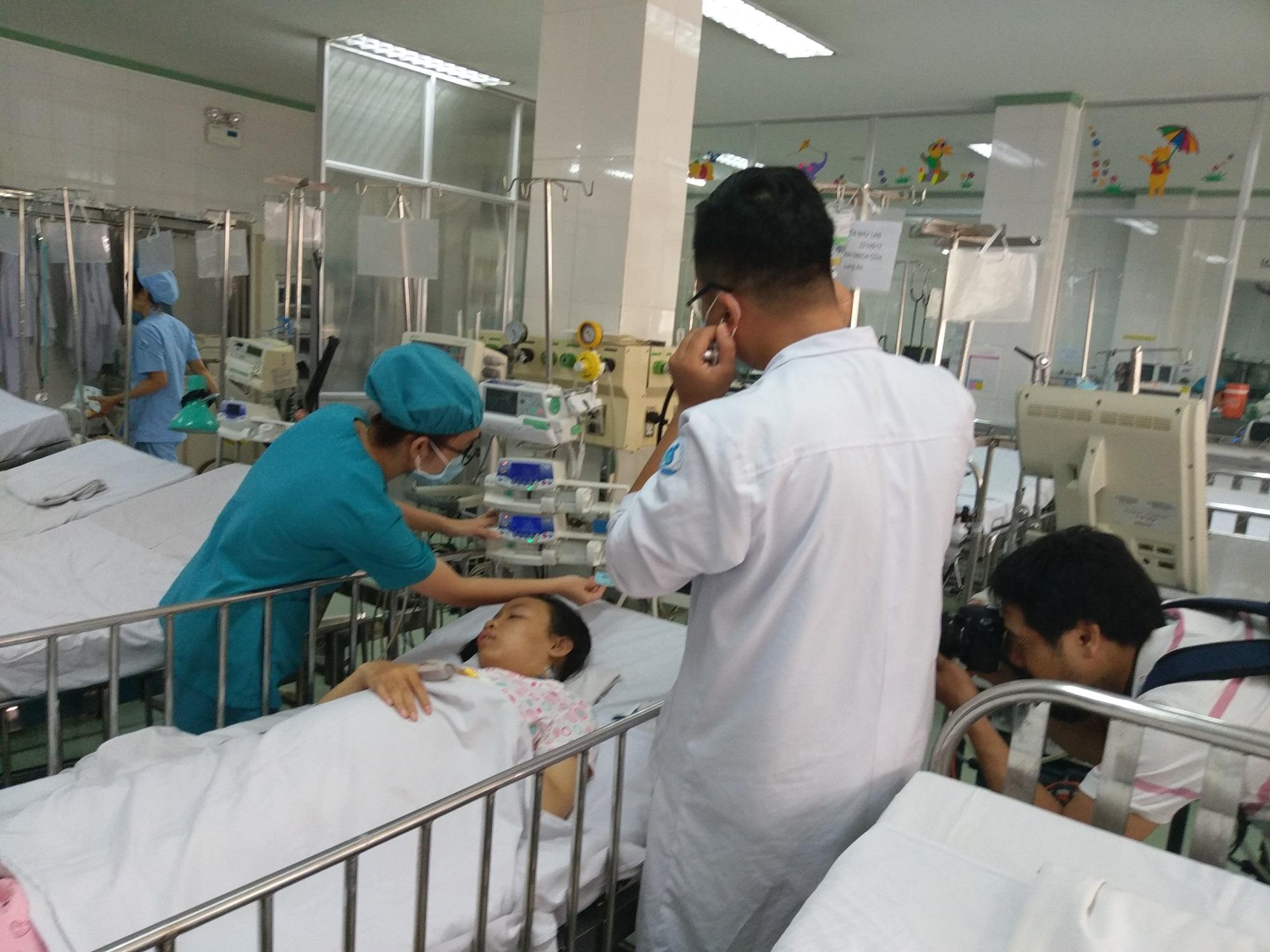 Bác sĩ 'chôn chân' 8 tiếng 'bắc cầu vượt mạch máu' cứu bé gái 13 tuổi - Ảnh 1