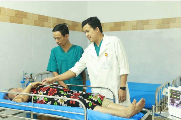 Ho ra máu vì hóc thuốc còn nguyên vỉ trong thực quản - Ảnh 1