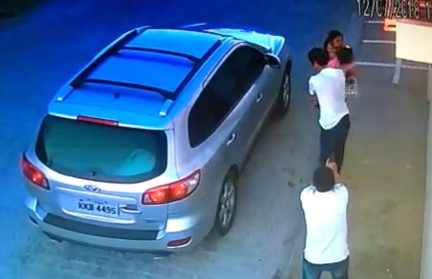 Khoảnh khắc ông bố bình tĩnh trước tên giết người cầm súng để bảo vệ con gái - Ảnh 2