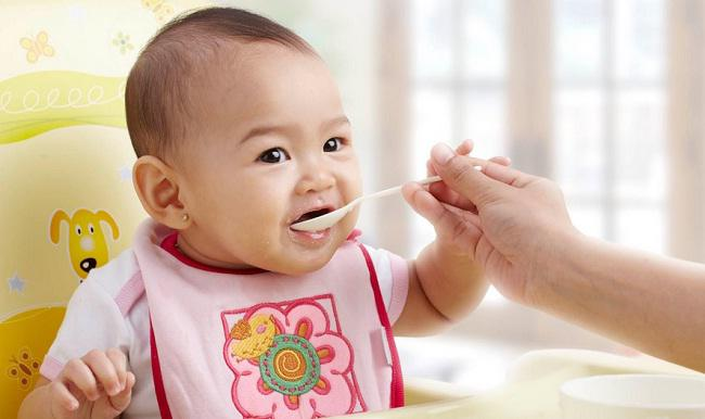 Cách pha bột ăn dặm cho các bé tập ăn mà nhiều mẹ chưa biết - Ảnh 1