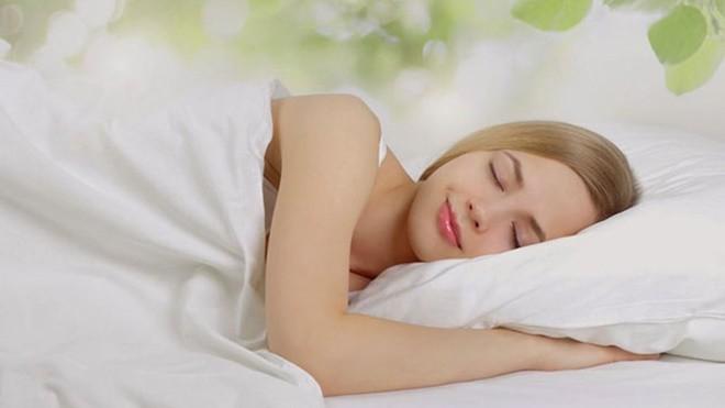 Tiết lộ nguyên nhân bất ngờ khiến 2 vợ chồng cứ ôm nhau ngủ im thin thít mỗi khi trời mưa - Ảnh 2