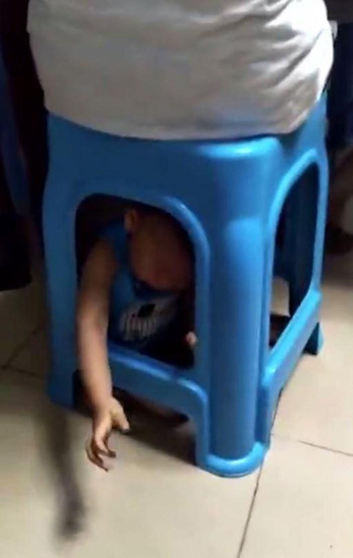 Phẫn nộ với người mẹ nhốt con trai nhỏ dưới gầm ghế để rảnh tay đánh bạc - Ảnh 2